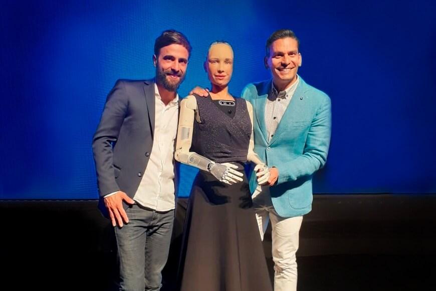 Nicolás Halac junto a Sophia The Robot. Experiencias que Transforman.